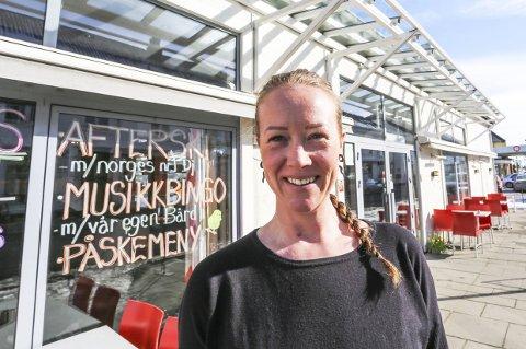 Bingo-utfordrer: Karine Uppstad Mac Donald rister bingomonopolet til Peterhead Bar når hun i påskehelga arrangerer musikkbingo på Brygga Restaurant & Pizza. – Det er jo bare sunt å konkurrere litt om gjestene, sier hun.foto: Stig Sandmoutfordrer
