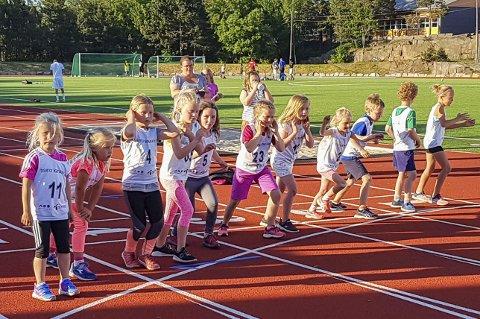 Spreke: Tolv jenter og gutter i 1.- til 3. klasse løp 400-meteren.