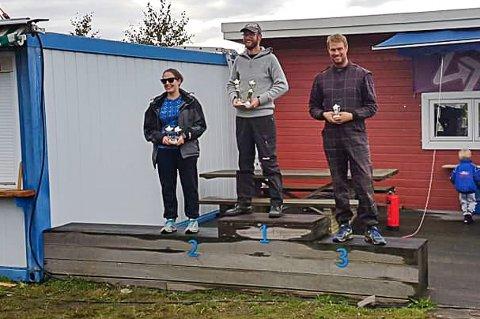 EKTEPARET PÅ PALLEN: Mats Moe (midten) vant den fjerde runden i Sørlandscupen. Iselin Dalen Moe (til venstre) fulgte på andreplass.