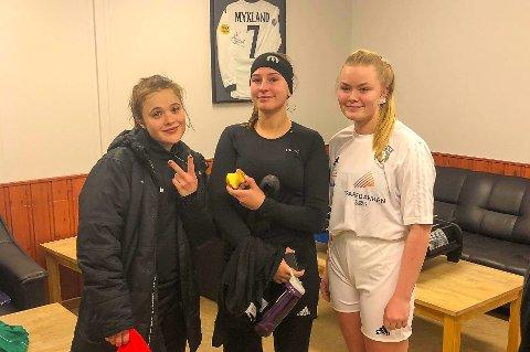 UNDERHOLDT: Risør/Sørfjell spilte 4-4 mot Sannidal onsdag. Etter kampen kunne de varme seg i klubbhuset. Her er målscorerne (fra venstre) Celina Christensen Frøyna, Amalie Olsen og Ida Gundersen.