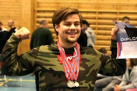 SØLVGUTT: Emil Torjusen (17) fra Risør tok NM-sølv i styrkeløft, i tillegg til norgesrekord i benkpress.