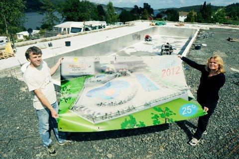 Mads Henrik og Heidi Sandes i 2012 før bassenget på feriesenteret ble bygd.