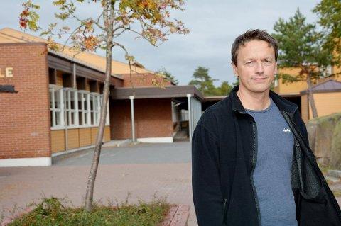 – Det er en uvanlig praksis at svømmeklubber ikke har førsterett når det kommer til bruk av svømmehall, det forteller både naboklubber og Norges svømmeforbund meg, forteller Vidar Alvestad i Risør Varden.