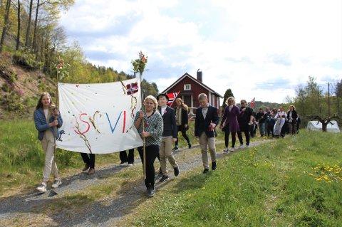 FANEBÆRERE: Mari Solberg (foran til venstre) og Janne Helen Flaten Stiansen hadde laget fanen til tidenes første 17. mai-tog på Sevik. Det var selvsagt også de to venninnene som var fanebærere.