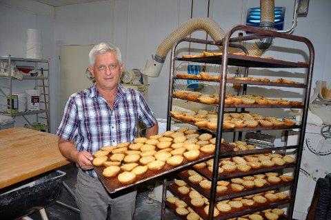 2016: KAVRING: – Det er ikke mange bakeri som fortsatt produserer kavring av denne sorten, forteller Svein Sturla Tonstad og viser frem noen rykende ferske eksemplarer. Foto: TOR SINDRE TJOMLID