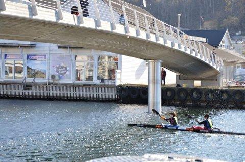 HYLDEST: Kunsten på gangbroen er en hyldest til kajakkmiljøet i Flekkefjord.
