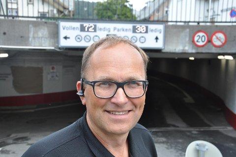 FÅR BESØK: Daglig leder Stein Asgeir Egenes i Flekkefjord Parkeringsselskap AS får tilsynsbesøk av Statens vegvesen i parkeringskjelleren som ble oppgradert i fjor.