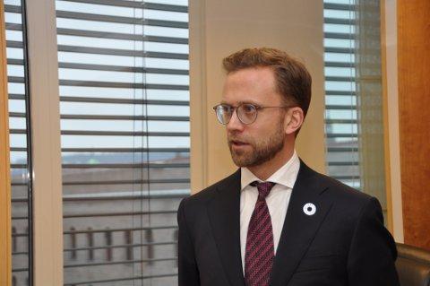 Kommunal- og moderniseringsminister Nikolai Astrup (H) fastslår at det er firefelt E39 som fortsatt gjelder fra Lyngdal til Ålgård.