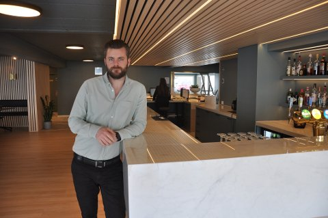 FLUNKENDE NYTT: Hotelldirektør Håkon-Andre Andersen på Maritim Fjordhotell hadde gledet seg til å vise frem et nyrenovert hotell til inviterte gjester. Det er en seanse som nå er utsatt på ubestemt tid.