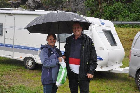 HUMØR PÅ TOPP: Litt regn stopper ikke humøret, men Gry og Rolf Sagbråten håper det får opplevd litt solskinn når ferden går videre til Kristiansand.