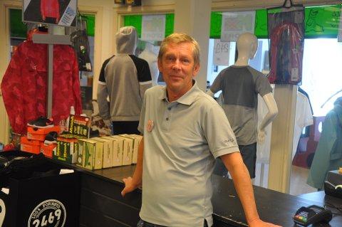POPULÆRT MED FRILUFTSLIV: Jan Ivar Risnes i Mx sport i Kvinesdal forteller om bra salg på friluftsutstyr i sommer.