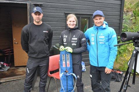 TRENING: Ekteparet Marte Olsbu Røiseland og Sverre Røiseland brukte ettermiddagen på å trene utøverne fra Knaben og Fjotland idrettslag. Her sammen med John Ingve Kvinlaug.