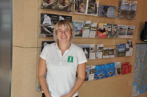INFORMERER: Ida Marie Bjørge Dyrøy gir turister informasjon om populære turistattraksjoner i Flekkefjord.