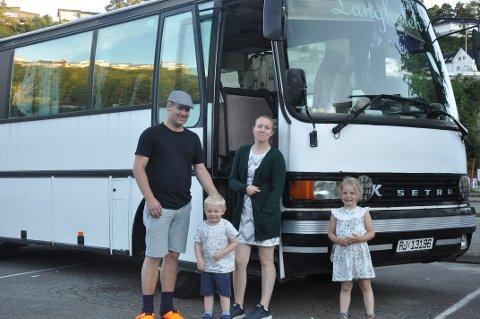 BUSSTUR: Familien Fugelstad har god plass når de er på den årlige bussferien. Fv John Ove, Johannes, Rebekka og Emilie.