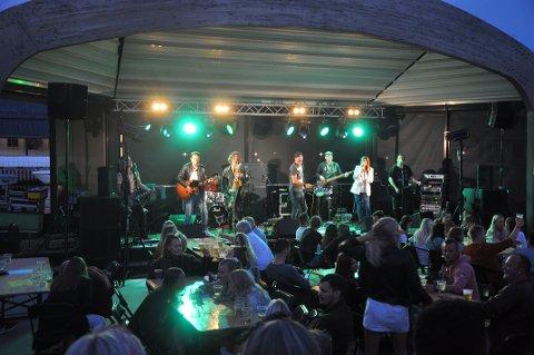 ALLSANG PÅ BRYGGA: «Heltan» kom med en rekke kjente sanger og publikum sang med.