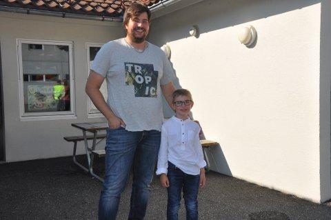 STOR DAG: Sven Tommy Grøtteland følgte sønnen Ole Jonas Risnes Grøtteland til skolen.