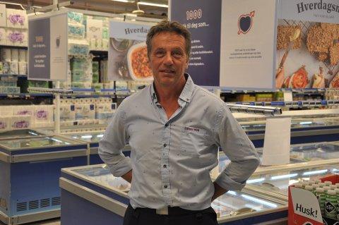 HANDLER MER: Kjøpmann Trond Strømland forteller at kundene i år handlet mer. Økningen var på 11 prosent.