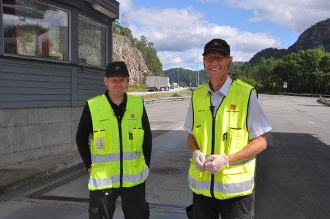 KONTROLLØRER: Steinar Eidsheim og Thor-Inge Kostøl tilbrakte formiddagen i Flekkefjord. De forteller at bilister stort sett er flinke og det har ikke blitt noen kjøreforbud så langt.