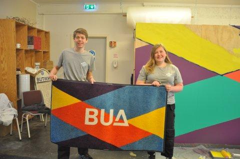 BUA: Mathias Fredriksen og Marianne Rossevatn fikk ifjor sommer oppdraget med å male denne logoen på veggen til Bua.