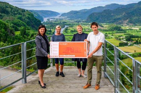 FORNØYDE: Tone Syvertsen og Ulrik Svindland overrekker sjekken til Svanhild Lervik og Kathrine Marie E. Moi på utsikten.