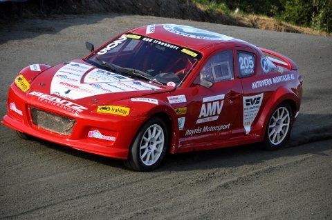 Det er slik vi er vant til å se ham, Per Magne Røyrås ratter avgårde i sin røde Mazda RX8.