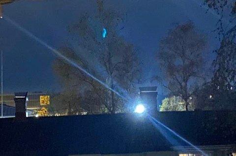 Lyset fra skolen skinner mellom klokken 16.00 og 08.00. Nå har det blitt skrudd av midlertidig.