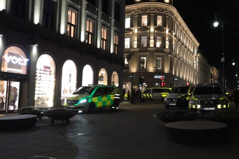 POLITI: Både politi og ambulansepersonell rykket ut etter melding om en hendelse i Karl Johans gate fredag ettermiddag. En person er påført skader med det politiet omtaler som en «skarp gjenstand».