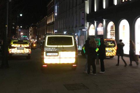 VOLDSHENDELSE: Politi og ambulansepersonell rykket ut etter melding om en mulig knivstikking fredag ettermiddag.
