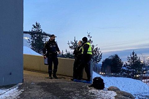 SKADET: En ung mann er skadet etter en hendelse på Stovner søndag ettermiddag. En person er pågrepet. Her er politiet i nærheten av Stovner-senteret.