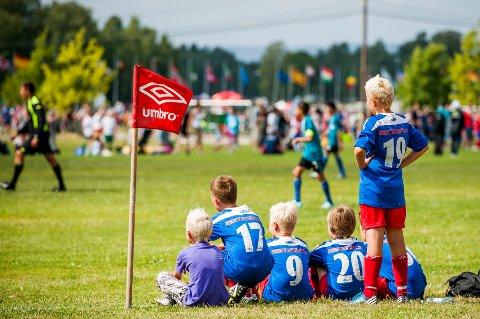 En guttegjeng ser en fotballkamp under Norway Cup 2013 på Ekeberg mandag.