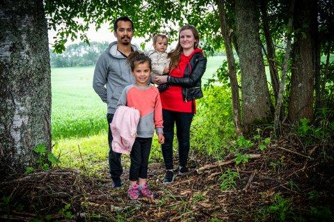 FAMILIE: Pål Vegar Johansen, Emilia Husby (t.v.), Lilly Husby og Elisabeth Husby gleder seg til å flytte inn.