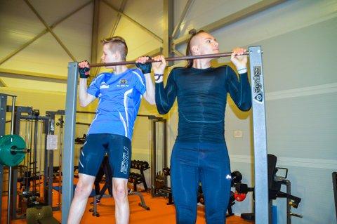 STYRKE: Preben Friis Thomassen (16) og Aron Eikanger (14) på pull-up stanga.