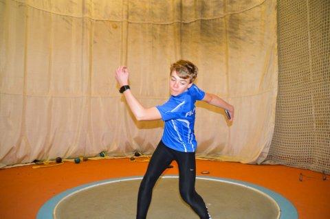 TEKNIKK: Det trengs mykje trening for å kaste riktig og langt. Her øver Anders Vik (14) på å kaste.