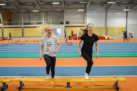 TRENER SAMAN: Elida Svellingen Svendsen (16) og Hannah Olsen Bredenbekk (14) trener spenst i lag