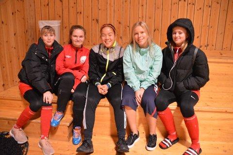 NBK JENTAR 15: desse jentane frå NBK kom for å sjå på Samuel saman med resten av laget. Aline Rønhovde (15) i midten.