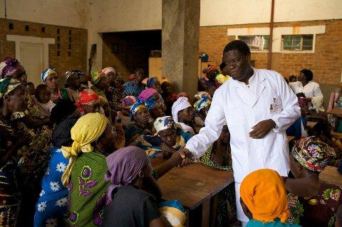 Dette bildet er tatt for boka:  «Kvinner bærer halve himmelen» på Kom Forlag,  om ofra for valdtekt under krigen i Kongo, og dei som jobbar med å hjelpe desse. Her ser vi doktor Mukwege ved Panzi sjukehus som har fått Nobels fredspris 201 saman med Nadia Murad.
