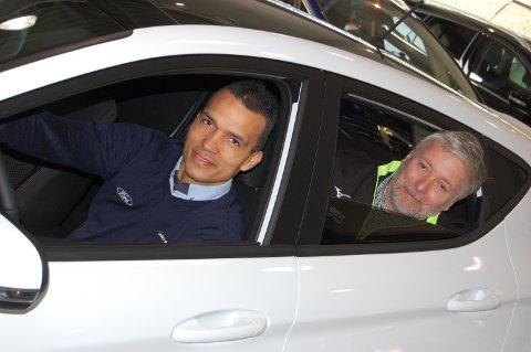 Alex Valencia i Kverneland Bil og Eddie Ebbesvik i KnarvikMila poserer i bilen du kan vinne dersom du deltar i KnarvikMila og fullfører.