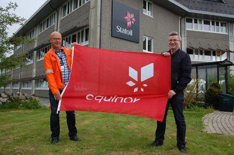 Statoil Mongstad har no blitt Equinor Mongstad. Her representert ved informasjonssjef Jon Halstein Tjore (t.h.) og Jarle Kvalheim som har jobba i selskapet så lenge at det har hatt fem ulike namn.