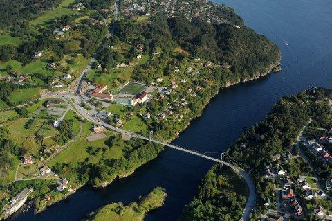 For å få plass til ein fotballbane ved den nye Alversund skule må ein ut med minst 28 millionar kroner. Årsaka til det er at det må sprengast vekk 66 000 m³ med stein for å få den på plass.