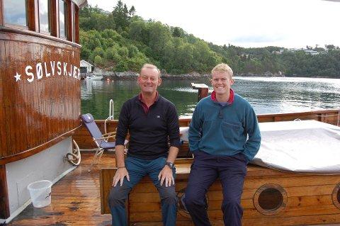 Far og son, Edward og James Phillips, har kome heile vegen frå England for å feriere i Isdalstø. Foto: Vibeke Blich