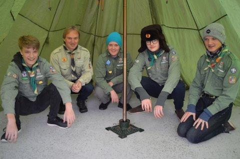 Alversund-speidarane Vegard, Elias, Jesper og Jonas saman med guppeleiar Einar Amund Kartveit. Dei går på mange fine turar og er med på leirar, og får mange gode opplevingar i naturen.