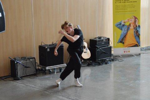 Andreas dansa under Alverdagen på Knarvik barneskule.  Han satsar på ein profesjonell dansekarriere.