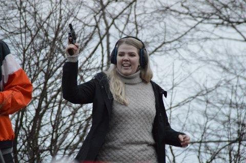 Sara Hamre Sekkingstad under 40-årsjubileum for vinterkarusellen til Eikanger IL. Ordføraren gav startskotet til jubileumsløpet i vinterkarusellen på Eikanger.