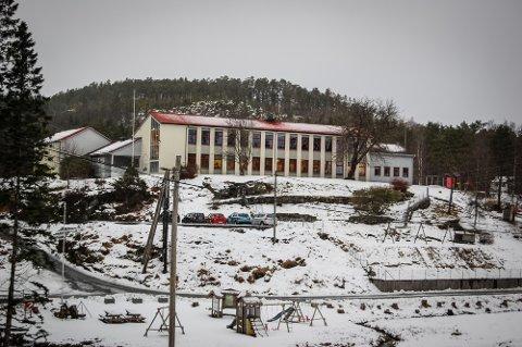Kløvheim skule er ein av fleire skular i Lindås som treng tilsette.
