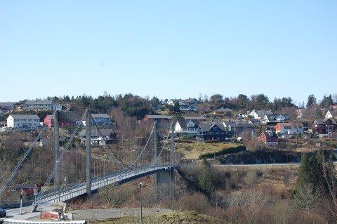 Dagens Alversundbru har begrensa levetid. No håpar Alver kommune å komme i gong med planarbeidet for ny.