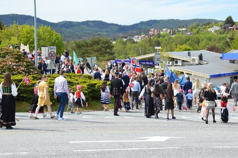 I undersøkinga har fleire fortalt at det er gode kvaliteter i kommunen som godt sosialt fellesskap og tilhøyrsle. Her er foto frå 17.mai i 2019.