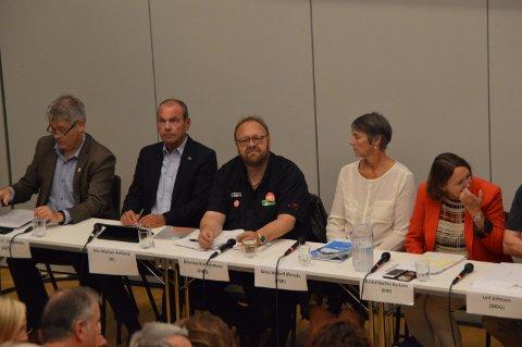 Listetoppane under valdebatten på Knarvik vidaregåande skule onsdag kveld.