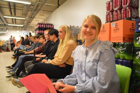 Emilie Maria Kvalheim Eikeland (19) frå Frekhaug sit fremst i intervju-køen.