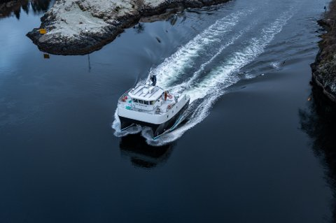 MS Fox Inspector på veg ut Alverstraumen. Båten har ein toppfart på 17 knop. Prosjektet har blitt gjennomført med hjelp frå fleire lokale leverandører.