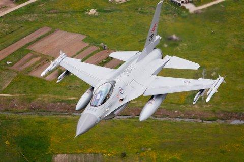 FUGLETRØBBEL: Et F-16-fly fikk problemer da det skulle ta av fra Bodø lufthavn i dag.